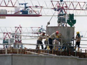 Rakennustyömaalla töissä